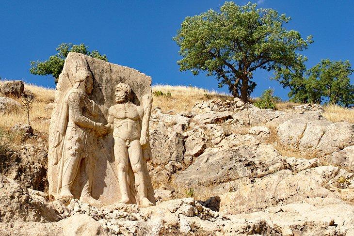 Talla mostrando a Hércules un apretón de manos con el rey Antíoco
